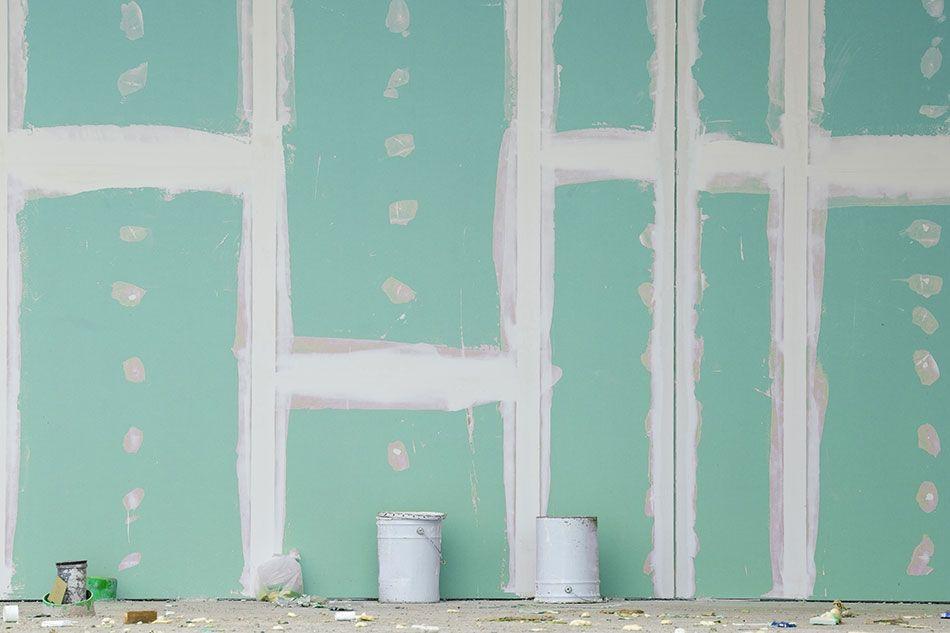 На стену кладут водостойкий гипсокартон